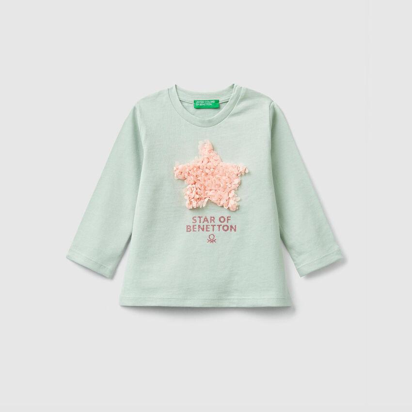 T-shirt με τύπωμα και πέταλα