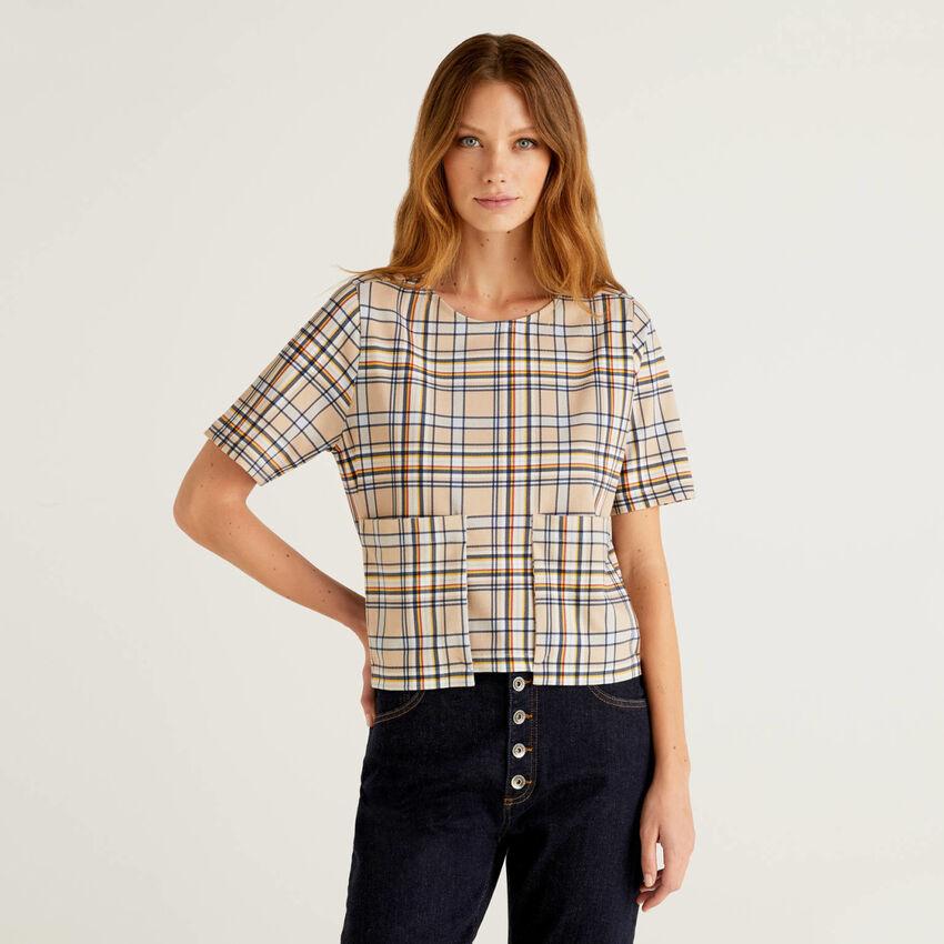 T-shirt με σχέδια με μάξι τσέπες