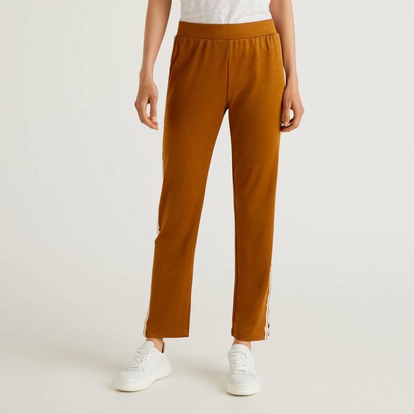 Παντελόνι με φάσα που κάνει αντίθεση