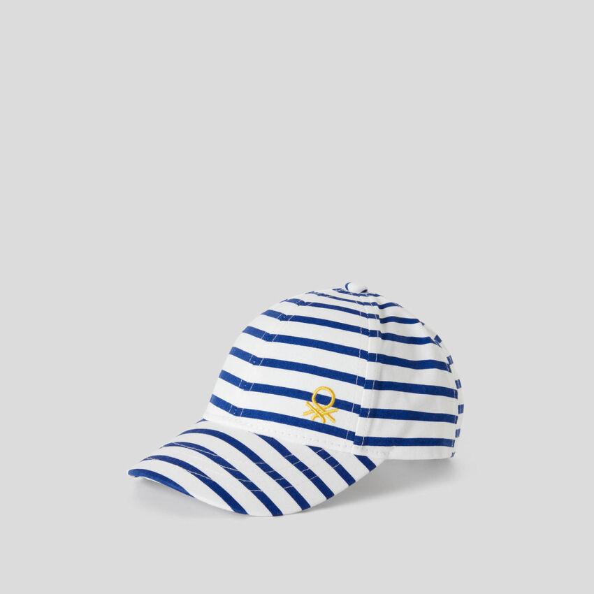 Καπέλο με λευκά και μπλε ριγέ