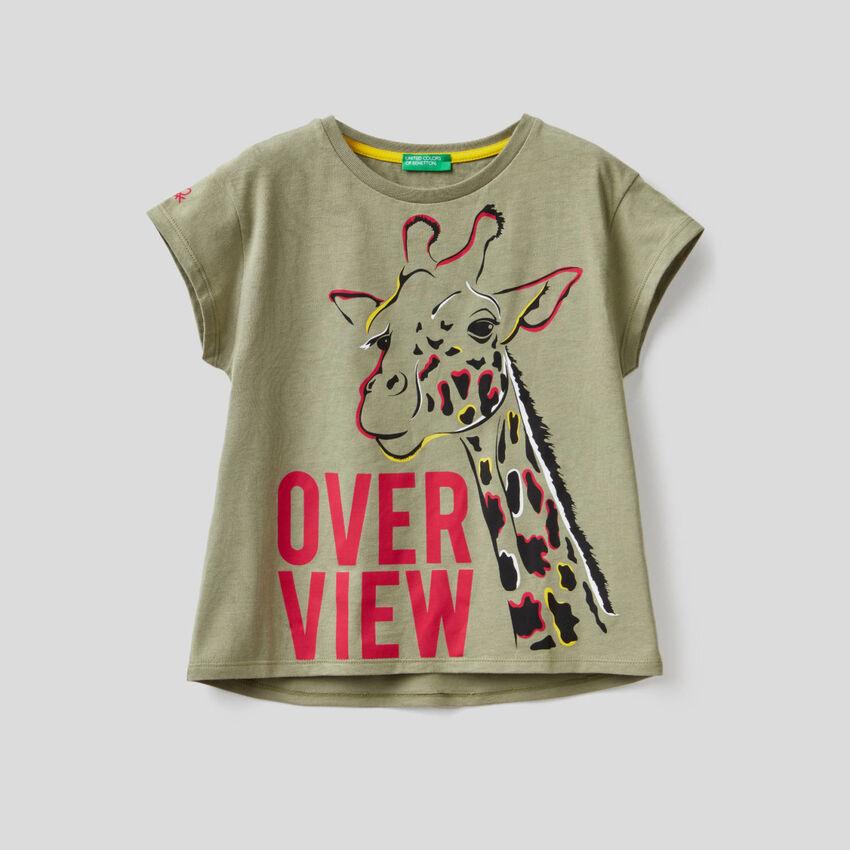T-shirt πράσινο militaire με τύπωμα με καμηλοπάρδαλη