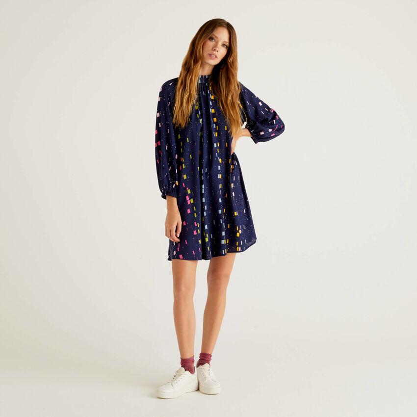 Φόρεμα με σχέδια από βιώσιμη βισκόζη