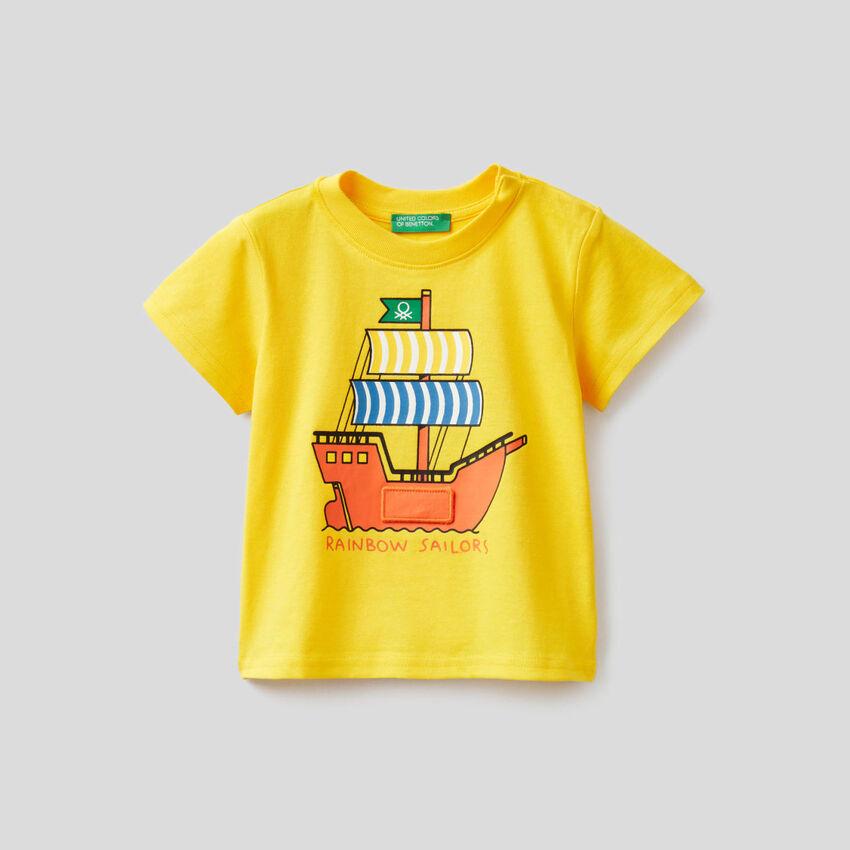 T-shirt κίτρινο με τύπωμα πλοίο