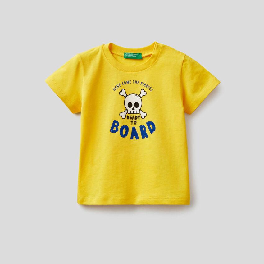 T-shirt από βαμβακερό με τύπωμα με πειρατές
