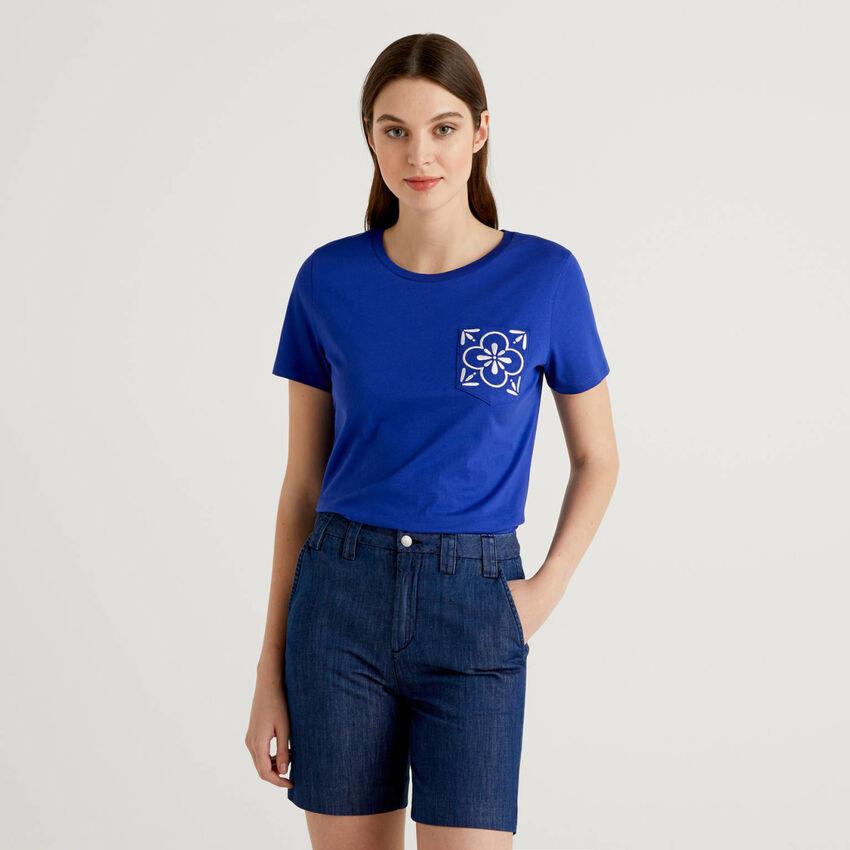 T-shirt με κεντητό τσεπάκι