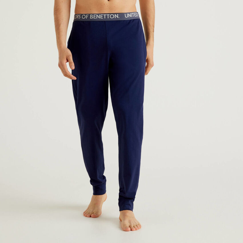 Trousers with elastic logo