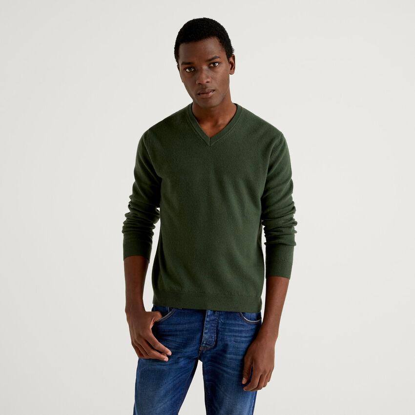 Μπλούζα με V λαιμόκοψη πράσινο militaire από αγνό παρθένο μαλλί