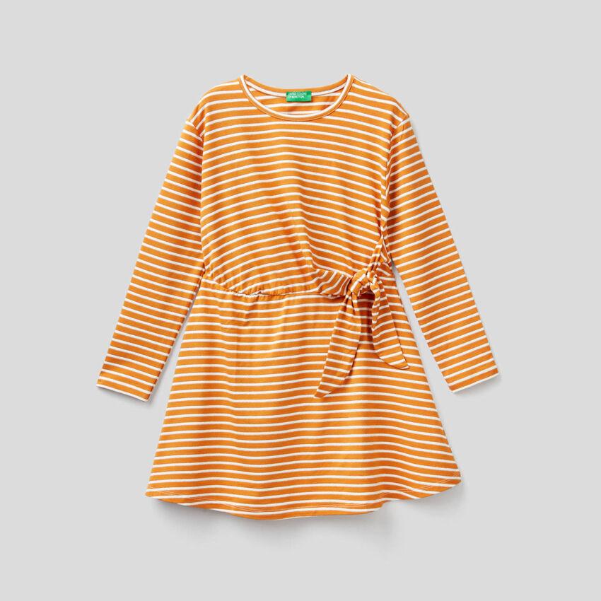 Φόρεμα ριγέ με φιόγκο στην μέση